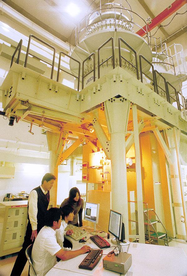 超高圧電子顕微鏡を用いた構造解析実験